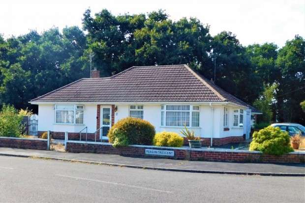 3 Bedrooms Bungalow for sale in Pergin Crescent, Creekmoor, Poole, BH17