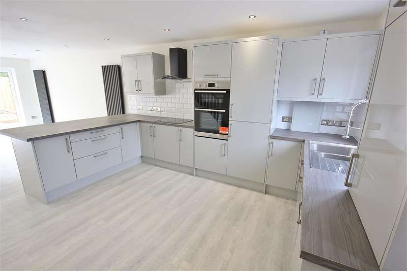 3 Bedrooms End Of Terrace House for sale in Howton Road, Kinson, Bournemouth