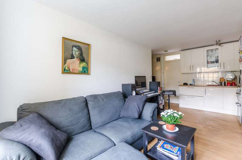 2 Bedrooms Flat for sale in Bartholomew Close, St John's Hill, SW18