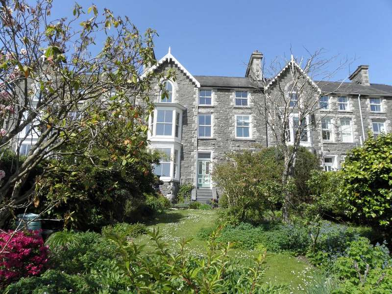 8 Bedrooms Terraced House for sale in 4 Frondirion, Dolgellau, LL40 2YP