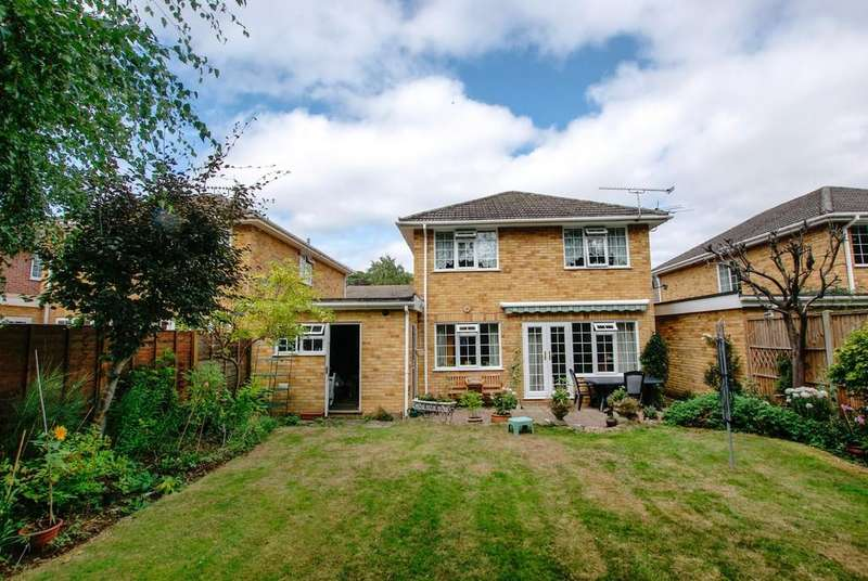 4 Bedrooms Detached House for sale in Harebell Close, Hartley Wintney