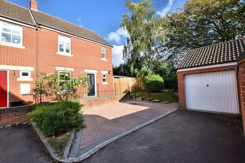 3 Bedrooms Semi Detached House for sale in Kingfisher Grove, Three Mile Cross, Reading, RG7