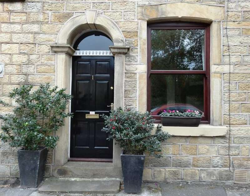 2 Bedrooms Cottage House for sale in Cross Street, Hadfield , Glossop
