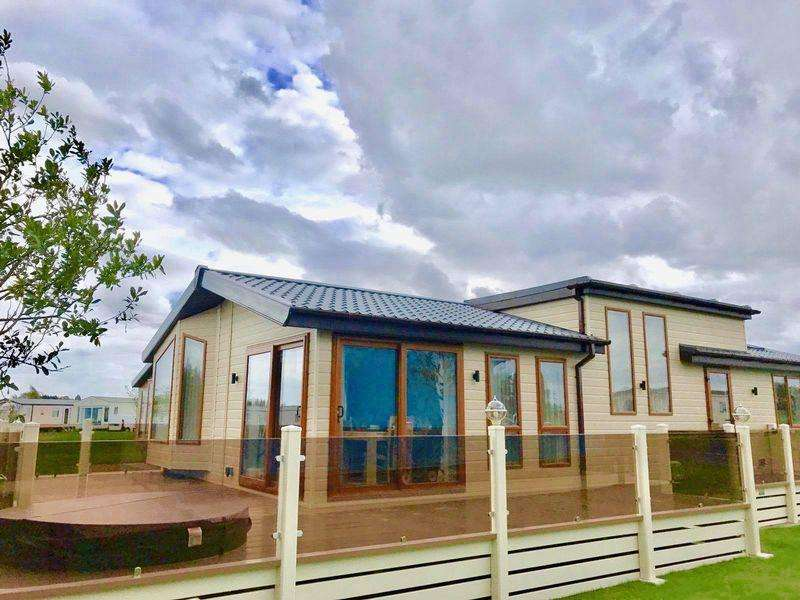 2 Bedrooms Lodge Character Property for sale in TATTERSHALL LAKES, TATTERSHALL