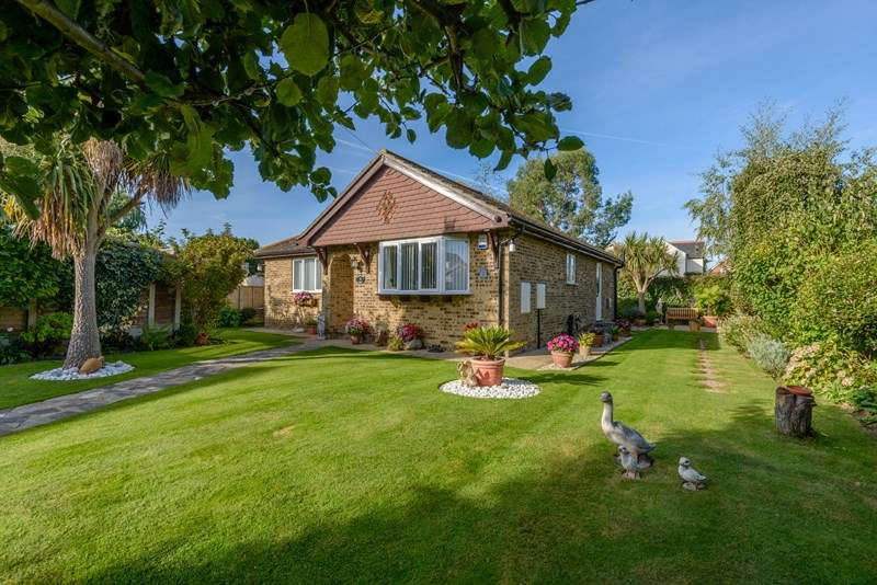 2 Bedrooms Detached Bungalow for sale in Semi Rural Setting, Little Wakering