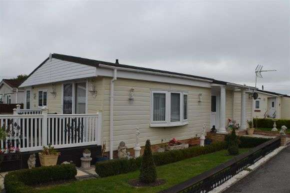 3 Bedrooms Property for sale in Rhododendron Walk, Crookham Common, Thatcham