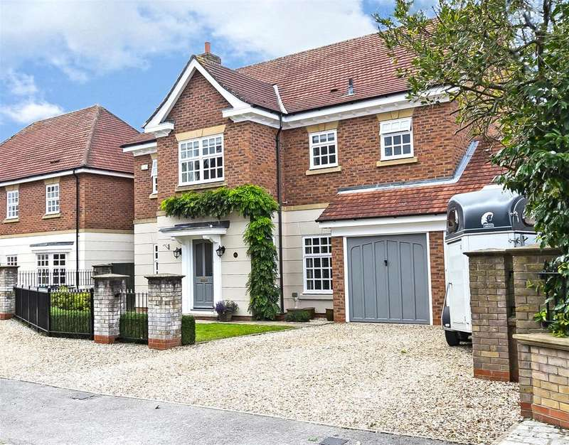5 Bedrooms Detached House for sale in Royal Chase, Dringhouses, York, YO24 1LN