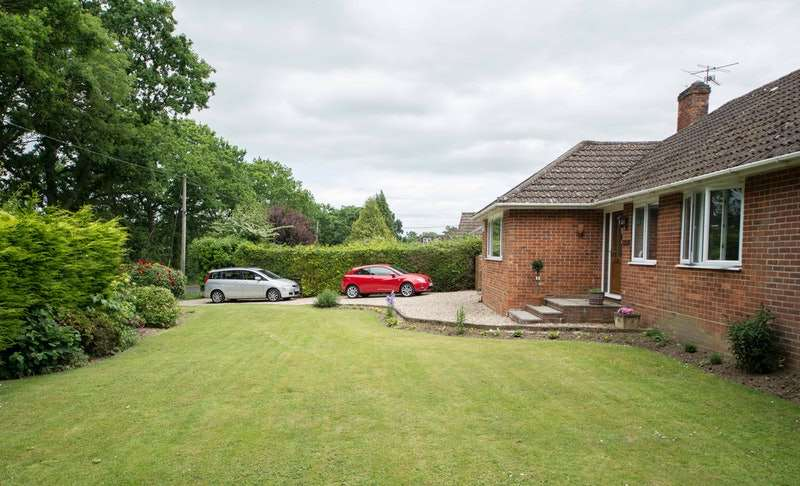 4 Bedrooms Bungalow for sale in Knights Lane, Newbury, Hampshire, RG20