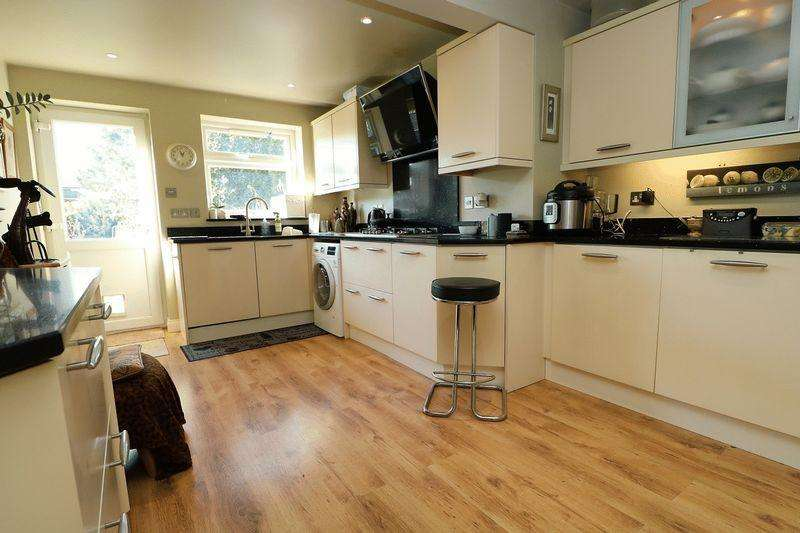3 Bedrooms Terraced House for sale in Skimmers Close, Holmer Green
