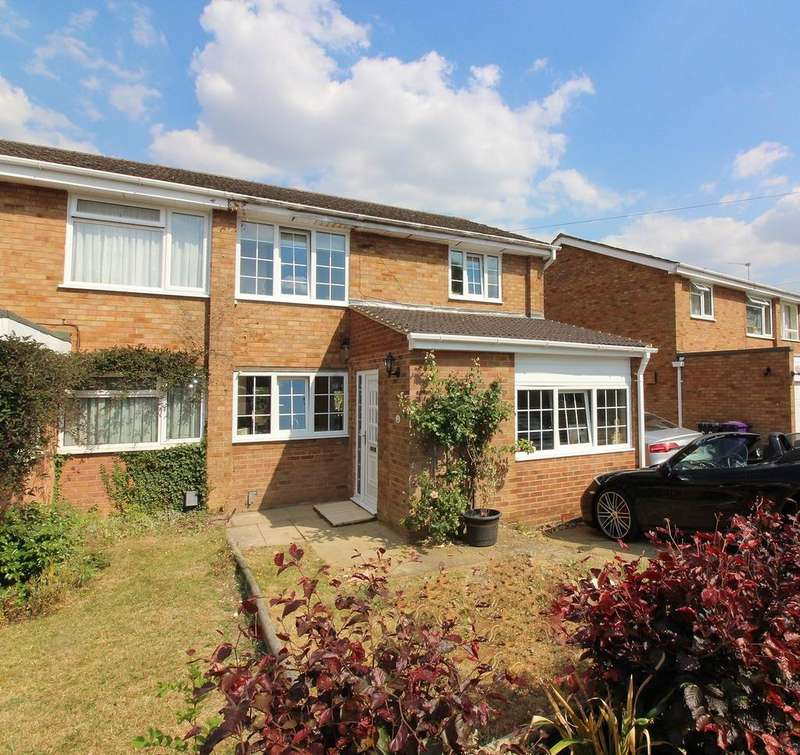 3 Bedrooms Semi Detached House for sale in Bowmans Avenue, Hitchin, SG4