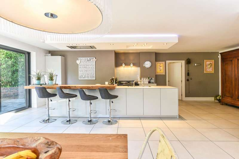 4 Bedrooms Detached House for sale in Beechwood Crescent, Chandler's Ford
