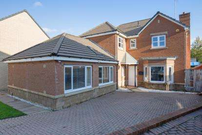 4 Bedrooms Detached House for sale in Braids Drive, Crookston, Glasgow