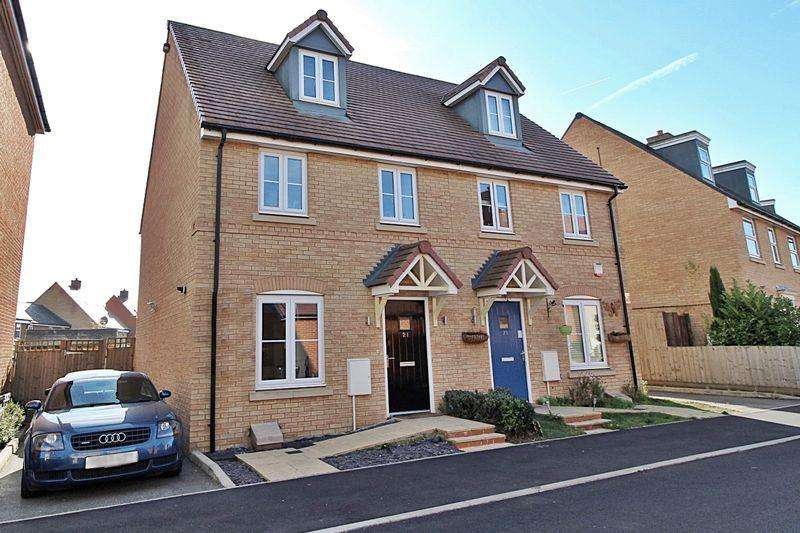 3 Bedrooms Semi Detached House for sale in Maunder Avenue, Biggleswade