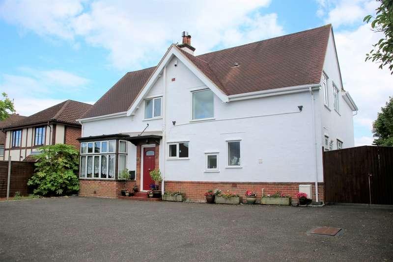 4 Bedrooms Detached House for sale in Cranmore Lane, Aldershot GU11