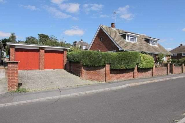 4 Bedrooms Bungalow for sale in Mead Road, Andover