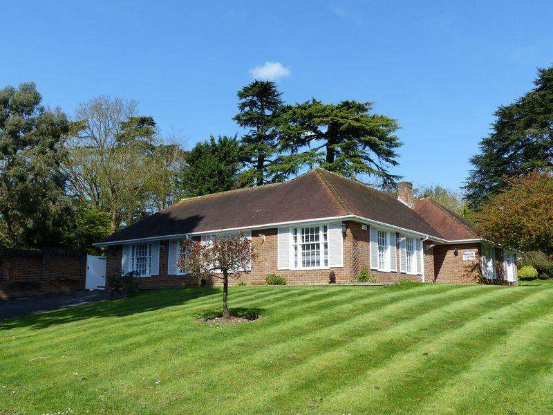 4 Bedrooms Detached Bungalow for sale in Taplow