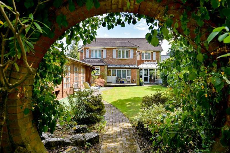 4 Bedrooms Detached House for sale in Barham Avenue, Elstree, Borehamwood