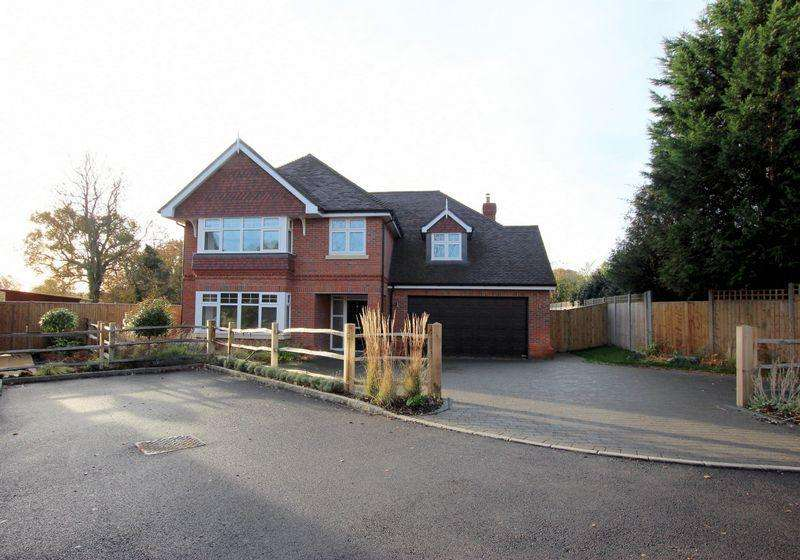 5 Bedrooms Detached House for sale in Hurstwood Close, Haywards Heath