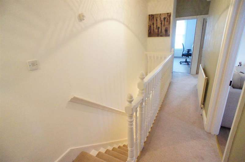 2 Bedrooms Maisonette Flat for sale in Chingford Avenue, London
