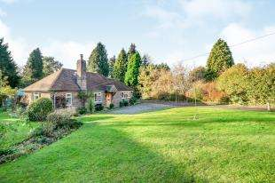 3 Bedrooms Bungalow for sale in Upperfield, Easebourne, Midhurst, West Sussex
