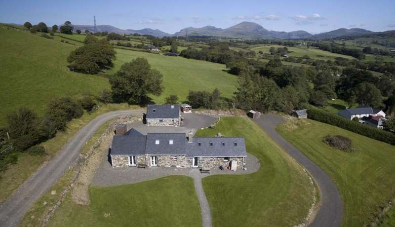 5 Bedrooms Barn Conversion Character Property for sale in Pentrefelin, Criccieth, North Wales