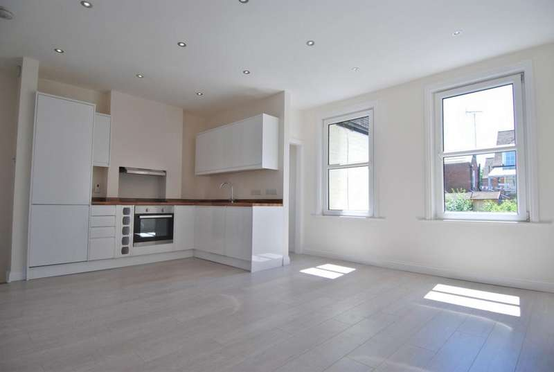 2 Bedrooms Flat for sale in Bramshot Avenue, Charlton, SE7