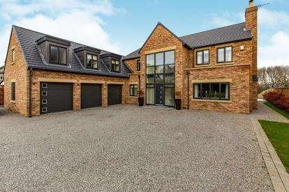 5 Bedrooms Detached House for sale in De Brus Park, Marton-In-Cleveland, Middlesbrough