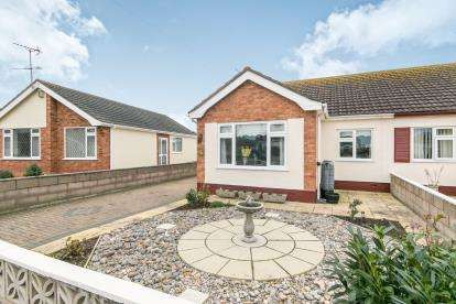 2 Bedrooms Bungalow for sale in Garnett Drive, Prestatyn, Denbighshire, LL19