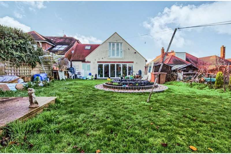 4 Bedrooms Detached Bungalow for sale in Moulsham Chase, Chelmsford, CM2