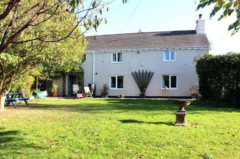3 Bedrooms Detached House for sale in Clacton Road, Stones Green, Harwich