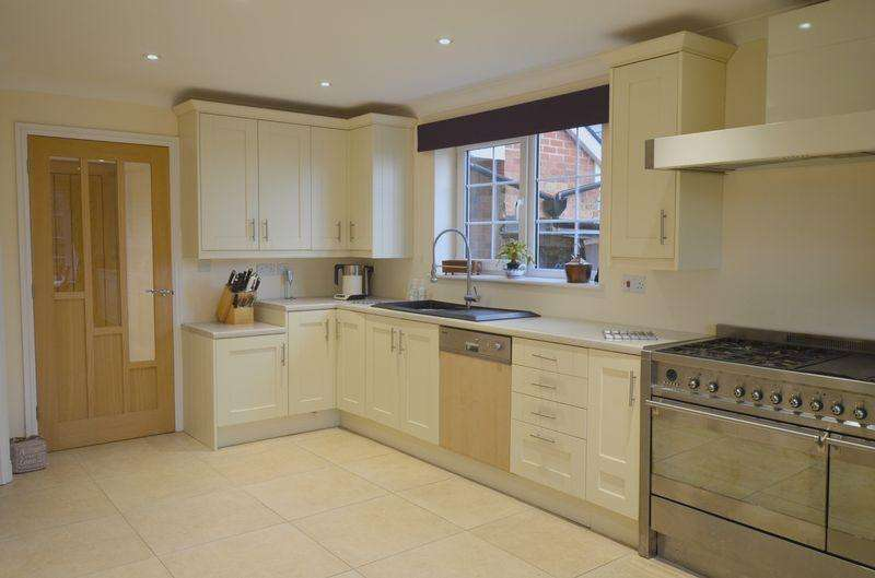 4 Bedrooms Detached House for sale in Trinity Road, Drybrook