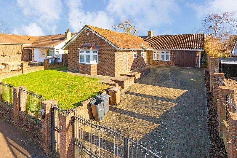 4 Bedrooms Detached Bungalow for sale in Wendover Way, Luton
