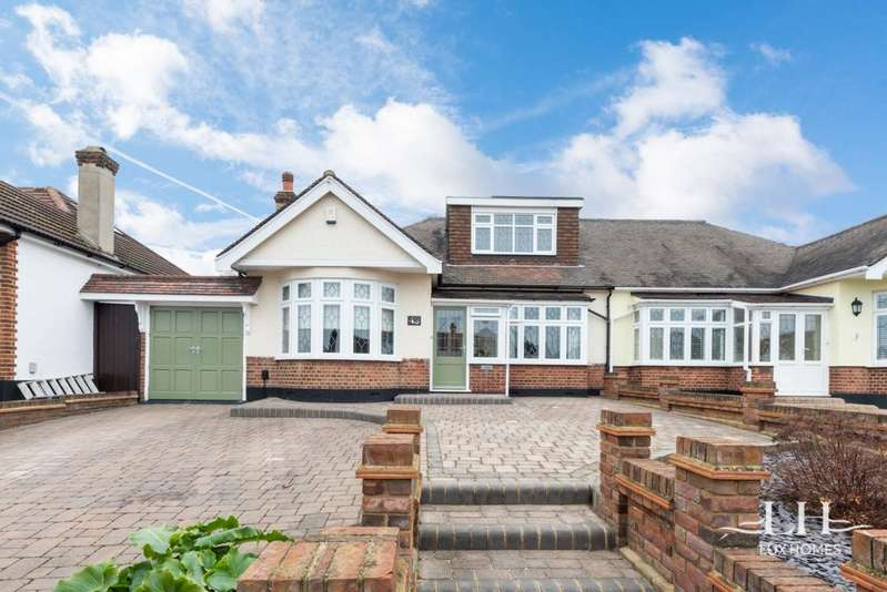 4 Bedrooms Bungalow for sale in Ravenscourt Drive, Hornchurch, RM12