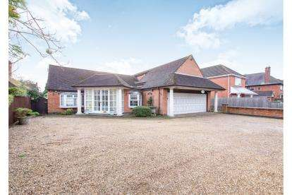 3 Bedrooms Bungalow for sale in Hinckley Road, Leicester Forest East, Leicester, Leicestershire