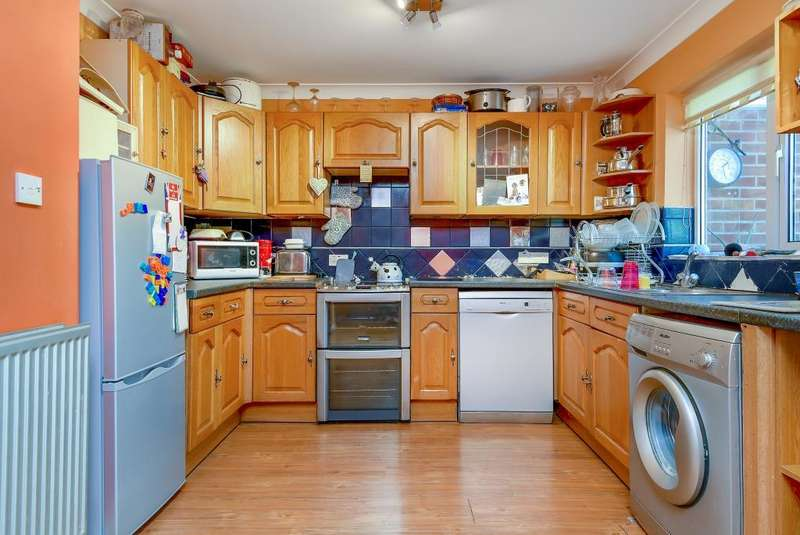 3 Bedrooms House for sale in Hebden Close, Thatcham, RG19