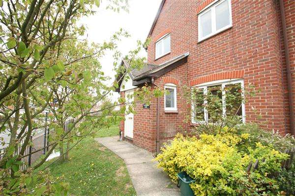 3 Bedrooms Semi Detached House for rent in Peppercorn Close, Turner Rise, Colchester