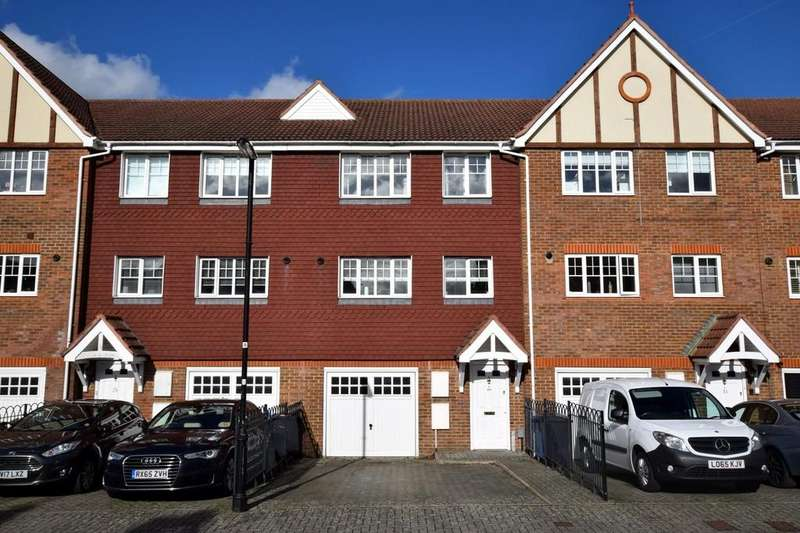 4 Bedrooms Town House for sale in Ramsdell Road, Fleet