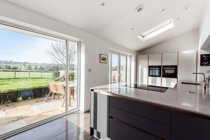 5 Bedrooms Detached House for sale in Coaley