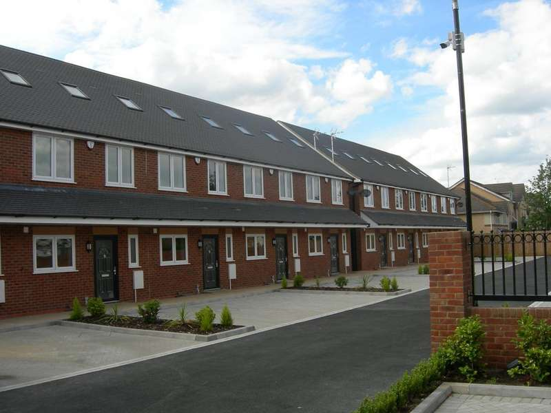 4 Bedrooms Terraced House for rent in Reet Gardens , Slough SL1
