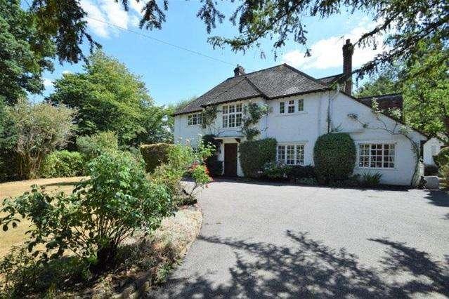 4 Bedrooms Detached House for sale in Hempstead Road, Bovingdon