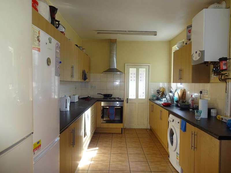 3 Bedrooms Terraced House for sale in Fosse Road South, Leicester LE3