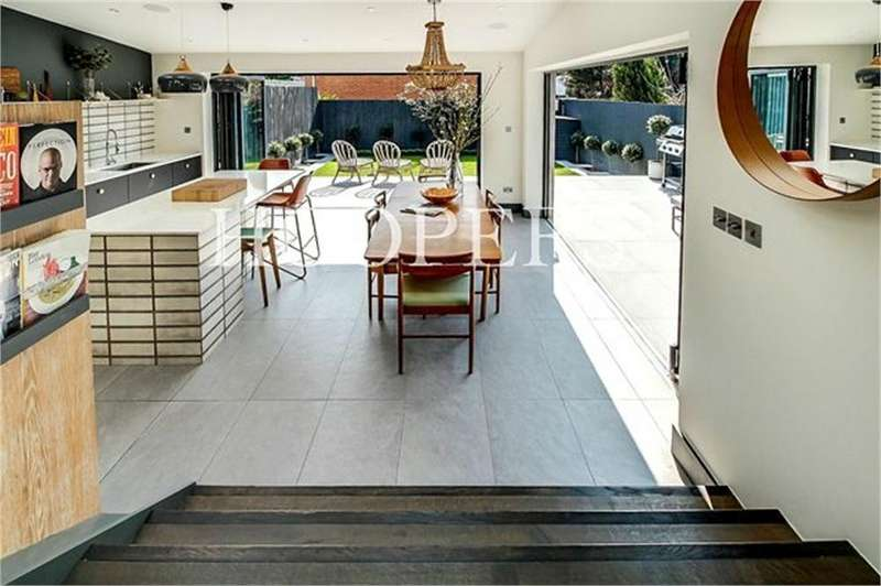 4 Bedrooms Semi Detached House for sale in Sonia Gardens, London