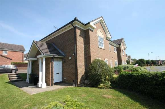 Property for sale in Skelton Close, Luton