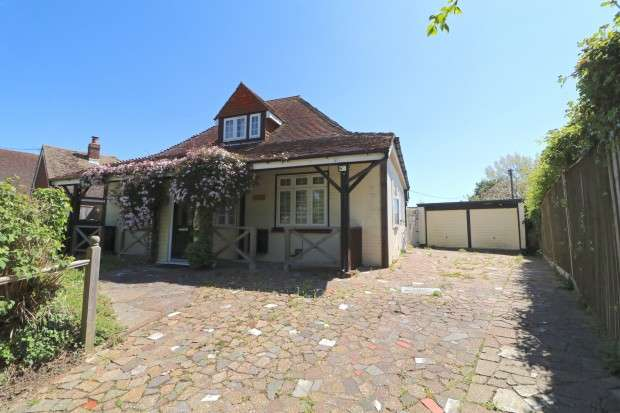 4 Bedrooms Bungalow for sale in Clematis Wannock Road, Polegate, BN26