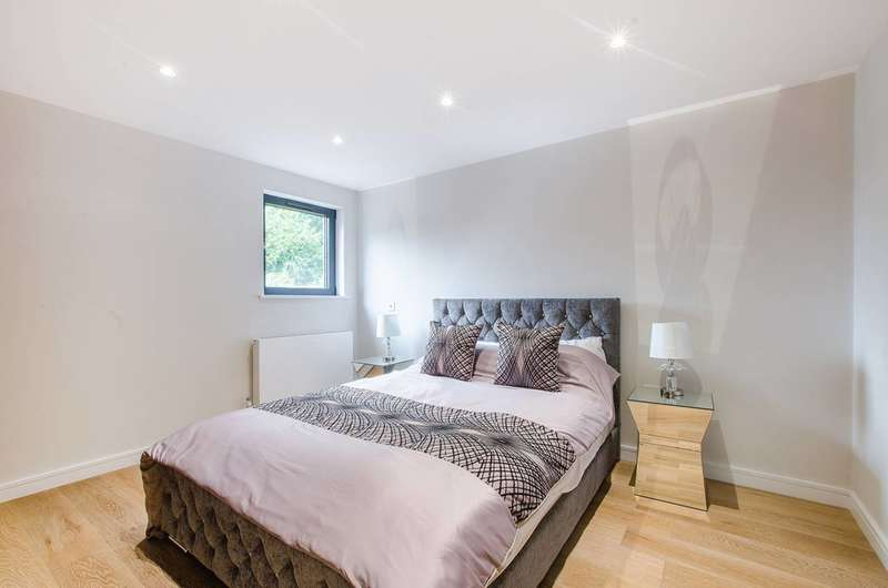 3 Bedrooms Flat for sale in Carter House, Woolwich, SE18