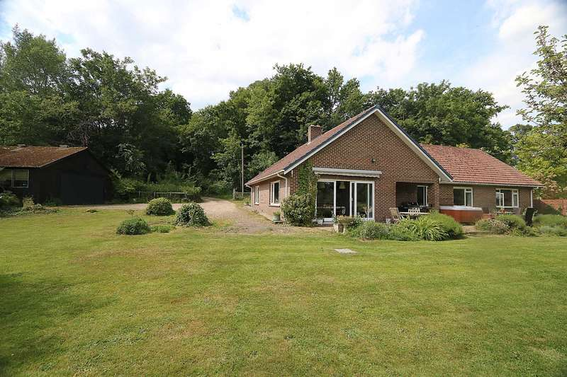 4 Bedrooms Detached House for sale in The Avenue, Bucklebury Common, Berkshire