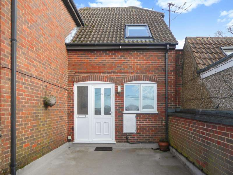 2 Bedrooms House for rent in Manor Road, Luton, LU1