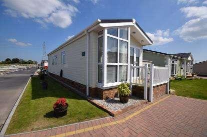 2 Bedrooms Bungalow for sale in Battlesbridge, Wickford, Essex