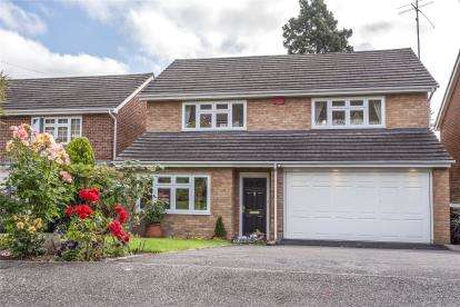 4 Bedrooms Detached House for sale in Yester Drive, Chislehurst