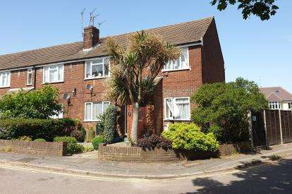 2 Bedrooms Maisonette Flat for sale in Hermitage Court, Potters Bar, Hertfordshire